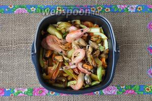 Выложить мидии и креветки и перемешать, добавить немного оливкового масла и лимонного сока.