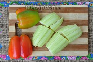 Кабачок очистить и нарезать как баклажан, перец разрезать на две части и удалить семена.