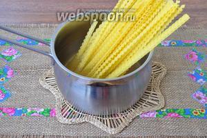 Пасту поставить варить в кипящей подсоленной воде до состояния аль денте.
