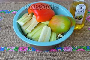 Овощи все выложить в миску и сбрызнуть маслом. Перемешать.