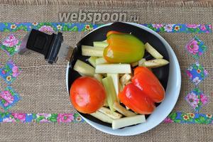 Выкладываем овощи на сковороду гриль и ставим в разогретую при 200ºC в течение 3 минут мультипечь (у меня Филипс 9235) на 7 минут при 180ºC.