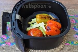 Когда прозвучит звуковой сигнал, овощи готовы. С перца снять кожу, помидор тоже очистить от кожуры.