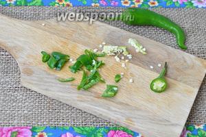 Перец халапеньо нарезать мелко. Если любите по острее, то семена оставьте, а я их удалю.