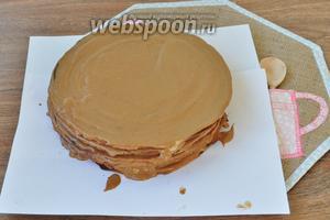 На тарелку выложить бумагу. Когда торт оформим бумагу удалим. Каждый корж смазываем щедро кремом. Верхний кож смазывать не надо, его покроем глазурью.