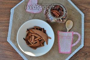Обрезки коржей измельчим с орехами, и смешаем с остатками крема, выровняем этой массой бока торта. Оставить часть крошки для обсыпки.