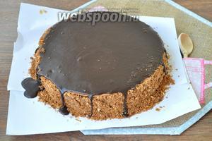 Бока торта присыпать крошкой с перемолотыми орехами. Верх торта залить глазурью. Потом потёки шоколада удалить с боков. Они легко снимаются с крошки и следов не остаётся.