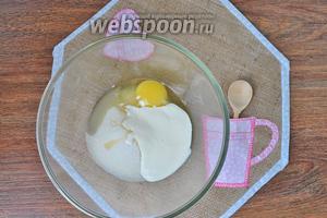 Яйца сметану и сахар взбить.