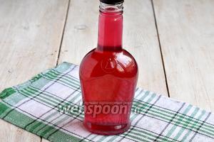 Разлить настойку по бутылкам, закрыть крышками. Настойка из красной смородины готова.