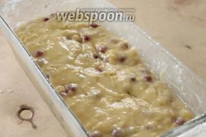 Вылить тесто в смазанную маслом и присыпанную мукой форму.