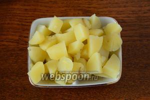 Отваренный картофель режем средними кубиками.