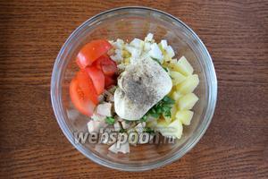 Все ингредиенты выкладываем в глубокий салатник, заправляем майонезом, добавляем соль и чёрный молотый перец.
