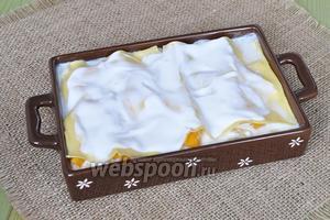 Смазать верхний слой сметаной и поставить в духовку при 200ºC на 20-25 минут. В первую половину времени закрывать лазанью фольгой.