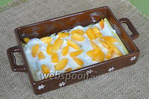 На творог класть нарезанные абрикосы.