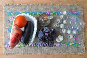 Приготовим баклажан, помидор, чеснок, базилик, перепелиные яйца, сосиски, масло, соль, перец и немного сыра.