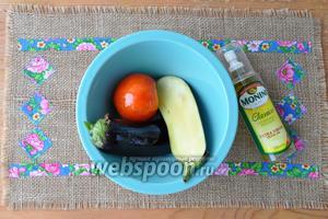Баклажан разрежем вдоль на две части и смажем его оливковым маслом для запекания.
