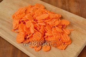 Морковь нарезаем кружочками. Я нарезала с помощью фигурной тёрки, а вообще лучше, если кружочки будут потолще.