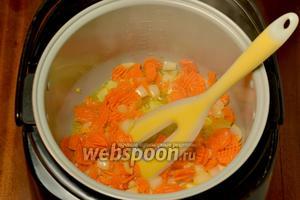 Обжариваем овощи  в небольшом количестве подсолнечного масла в программе «Жарка» (у меня мультиварка Polaris  0517AD).