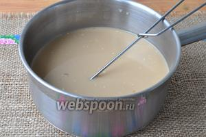 Приготовим основу для крема-суфле. Молоко нагреваем с 4 столовыми ложками сахара. В другой миске взбить желтки, кофе и крахмал до однородного состояния. Влить эту смесь в горячее молоко, постоянно помешивая. Варить на медленном огне пока крем не загустеет.