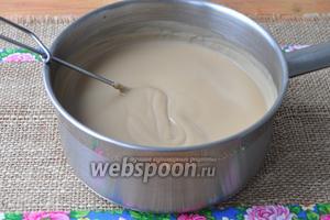 Получится густой кофейный крем, необходимо его немного остудить. Взбить сливки и добавить в крем. Желатин разогреть на паровой бане и добавить в крем.