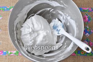 Из оставшегося сахара и 50 мл. воды сварить сироп, до пробы на «мягкий шарик». Взбить белки в крепкую пену, и, не переставая взбивать, влить горячий сироп. Взбивать, пока белки не увеличатся в объёме.