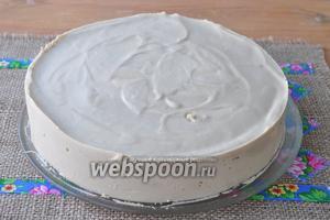 Торт застыл и можно убрать кольцо. Предварительно проведите горячим ножом вдоль борта формы, а потом форму снимайте.