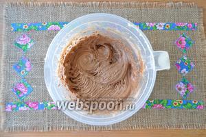 Всыпать в масляную смесь муку с какао и перемешать.