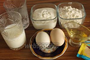 Для сметанных оладий нужно взять сметану (у меня 15%), муку, молоко, тёплую (негорячую!) воду, яйца, разрыхлитель, соль, сахар и любое растительное масло.