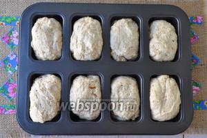 Разделить тесто на восемь частей и выложить в формы для порционного хлеба. Оставить подходить на 25 минут. Сбрызнуть верх хлеба водой из спрея или смочить кисточкой. Выпекать при 160°С 25-30 минут.