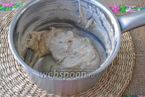 Постепенно добавляйте овсяную муку в кипящую воду. Заваренную муку охладим до комнатной температуры.