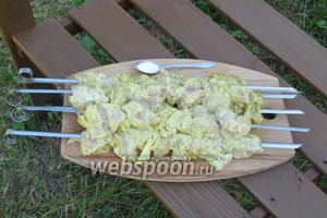 Подготовив угли, нанизить курицу на шампуры и только сейчас посолить.
