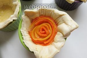 Чередуем морковь — цукини, самые красивые розочки получились из обрезков, больше хаотичности.