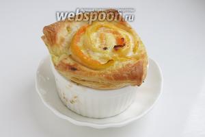 Готовые слойки подаём в формочках или аккуратно вынимаем, тесто довольно жирное, легко отстает от основы. Овощные слойки хороши с бульоном, супом. Приятного аппетита!