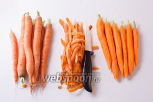 Первый шаг — ставим духовку на максимальный разогрев (режим гриль). Ну, а уж после этого можно начинать чистить морковку. Видите, я оставила хвостики? Это не обязательно, но и не случайно: они нам ещё пригодятся.