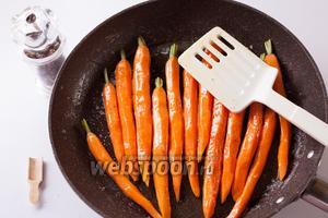 Вываливаем в горячее масло очищенную морковку, солим её и перчим, и немного елозим морковинками по маслу (с солью и перцем), чтобы они все успели равномерно покрыться этой смесью.
