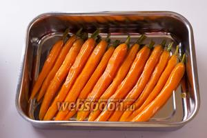 Выкладываем морковь в форму для запекания в духовке (её очень удобно доставать из сковороды за хвостики прямо рукой! хвостики-то находились выше уровня кипящего маринада, так что они не горячие).