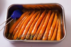 Поливаем получившейся смесью морковь, можно даже дополнительно обмазать каждую морковку кисточкой, чтобы они изначально были равномерно покрыты глазурью, это важно.