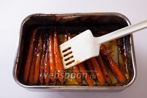 Когда духовка полностью прогрелась, ставим лоток на верхний уровень под гриль. В общей сложности запекание будет длиться 10 минут, но за это время лучше 1-2 раза перевернуть морковки и проследить, чтобы они были равномерно покрыты глазурью.