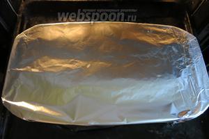 Перекладываем мясо в форму для запекания (можно все операции проводить в жаропрочном противне и на открытом огне, и в духовке), закрываем фольгой, ставим в духовку на 2,5 часа при 170°С