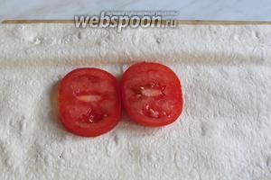 Лаваш слегка сбрызнуть водой, положить помидоры, посолить.