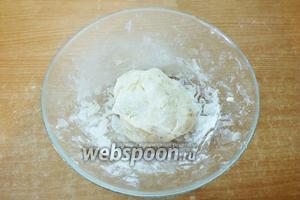 Готовое тесто должно быть очень мягким и пластичным. Но не липнуть к рукам. Если тесто прилипает — добавьте муки.