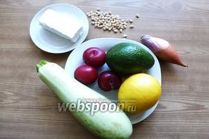 Подготовим продукты для этого вкусного салата. Кабачок или цуккни возьмём  молодой, с мягкой кожицей. Вымоем кабачок, сливы, авокадо и лимон. Лук почистим. Сливы лучше взять плотные, с кислинкой.