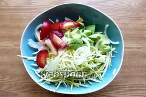 Сливы освобождаем от косточек, режем дольками и соединяем с овощами.