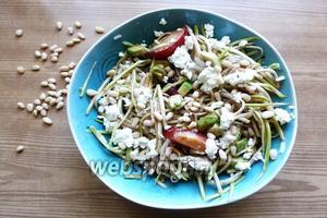 Посыпаем кедровыми орешками. Сразу подаём на стол и наслаждаемся этим замечательным летним салатом.