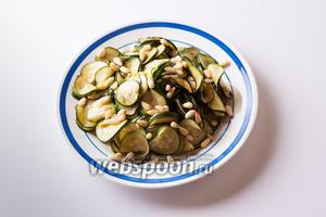 Перекладываем цукини на тарелку и посыпаем их кедровыми орешками.