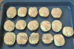 Полученной массой нафаршировать картофель и сверху посыпать сухарями.