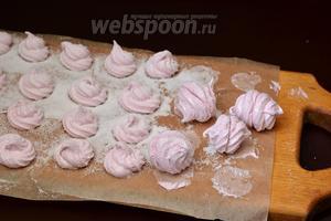 Потом сверху присыпать сахарной пудрой. Отделить зефир от пергамента и склеить попарно две половинки, прижав их нижней стороной.
