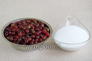 Для приготовления варенья нужно взять розовый крыжовник и сахар.