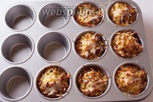 Запекаем (в предварительно прогретой духовке) на температуре 180°С 10 минут. Потом духовку выключаем, выдвигаем оттуда противень, посыпаем каждый картофельный маффин небольшим количеством сыра — и задвигаем их обратно, буквально на 2-3 минуты, чтобы растопить сыр на остаточном тепле.