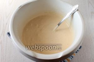 Добавьте ванилин и просеянную муку. Аккуратно перемешайте, чтобы тесто не осело.