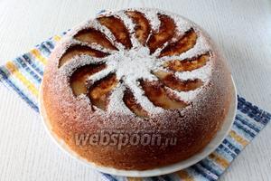 Достаньте бисквит с помощью поддона для варки на пару. Украсьте сахарной пудрой по желанию. Наш бисквит с грушами готов. Приятного чаепития!